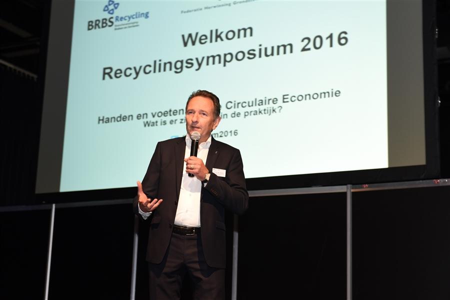 Voorzitter Ton van der Giessen opent het 5e Recyclingsymposium